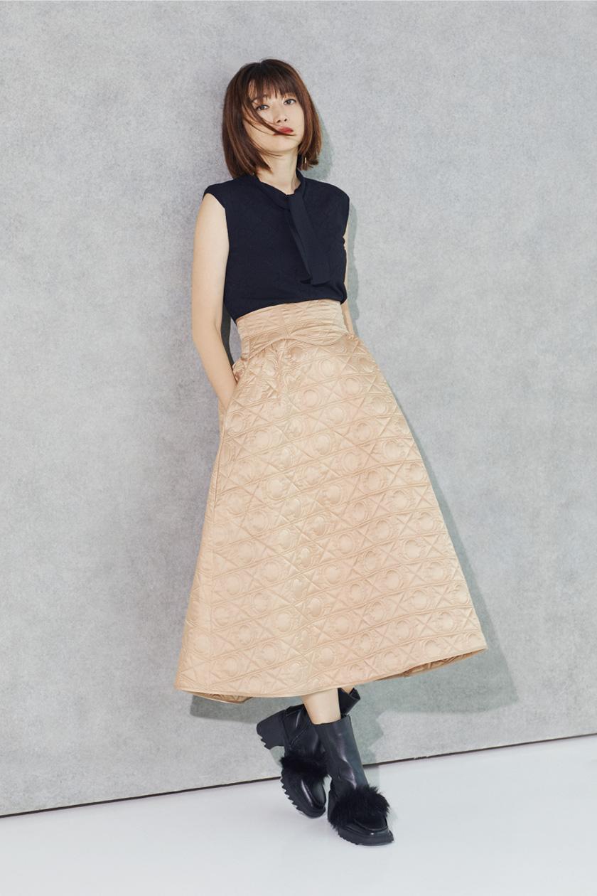 ニットとスカートを着たヨンア