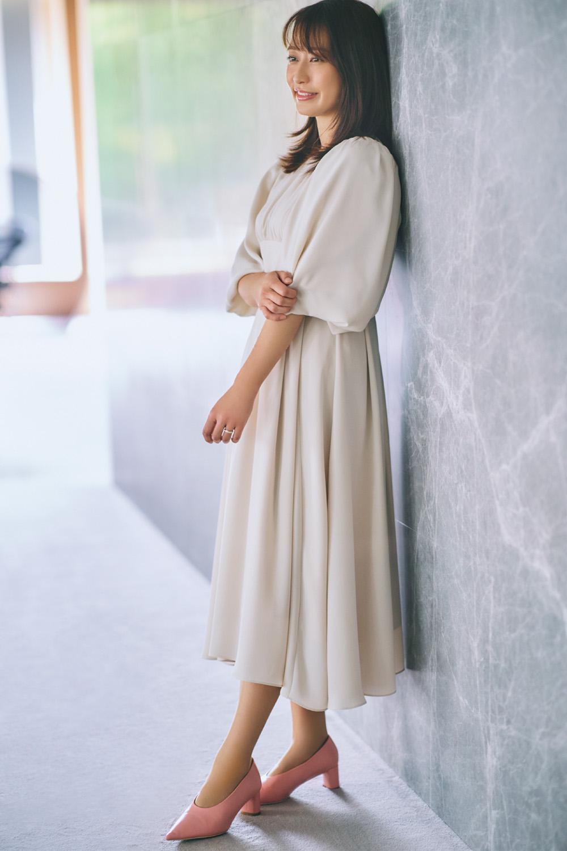 ベージュのワンピースを着た枡田絵理奈