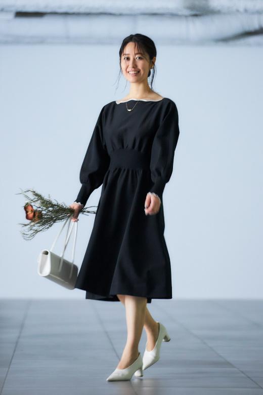 黒いワンピースを着たモデル