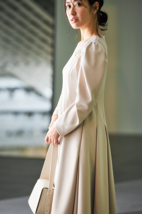 ベージュのワンピースを着たモデル
