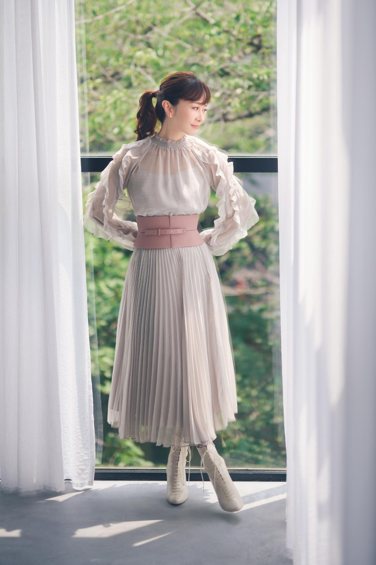 ライトグレーのドレスを着た女性