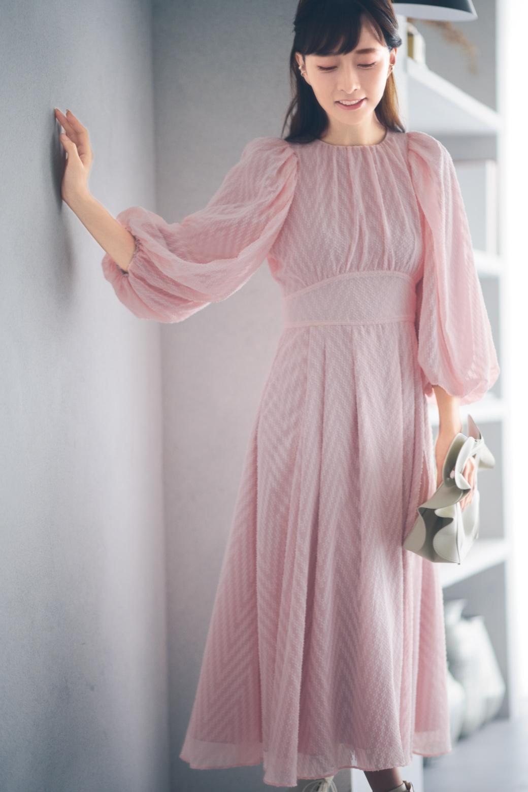ライトピンクーのドレスを着た女性