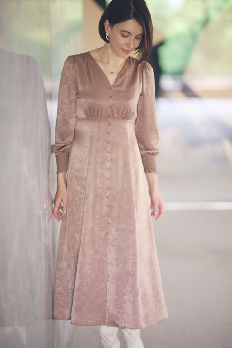 ピンクのワンピースを着たリサ・ステッグマイヤー
