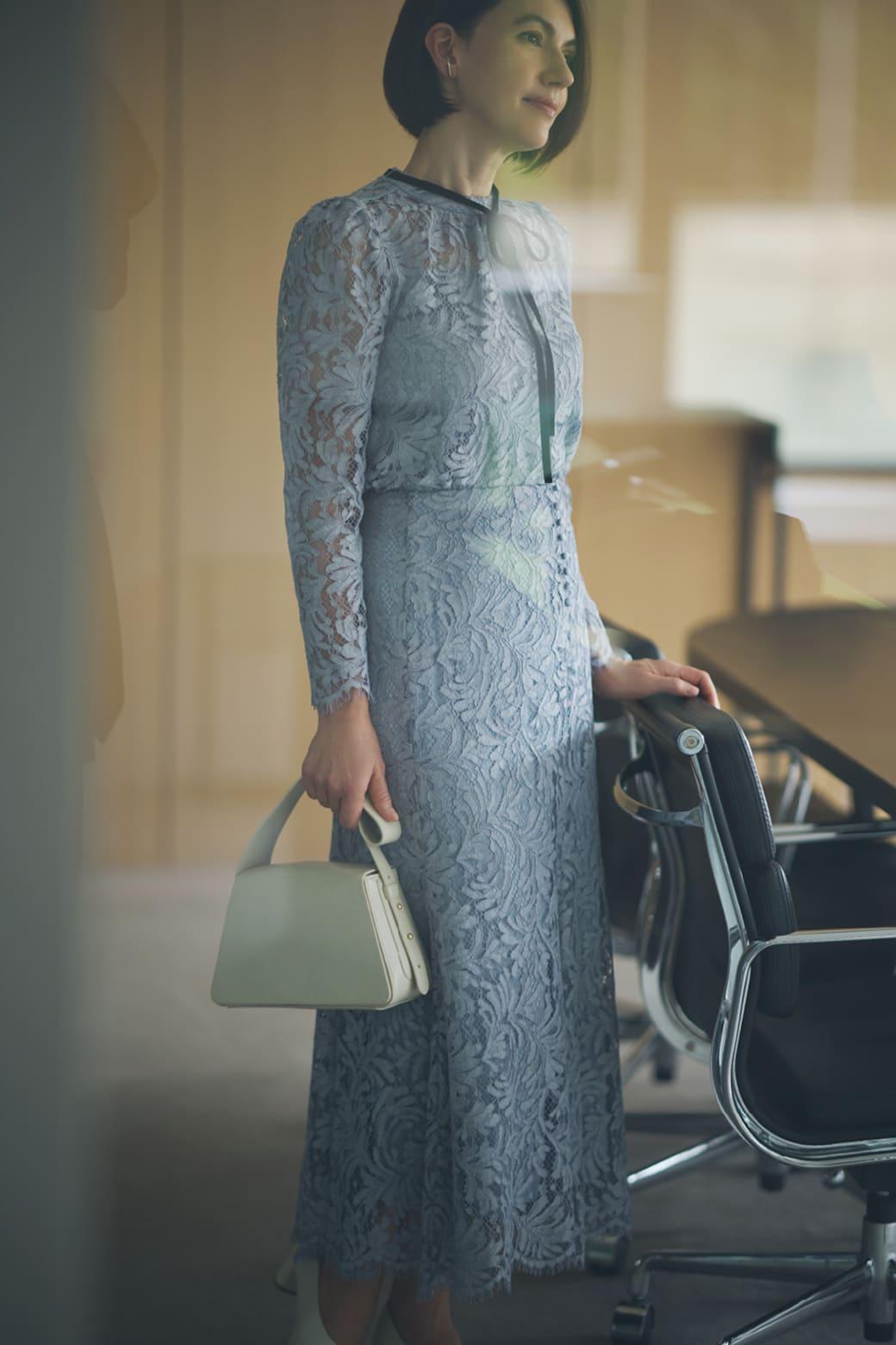 ブルーのワンピースを着たリサ・ステッグマイヤー