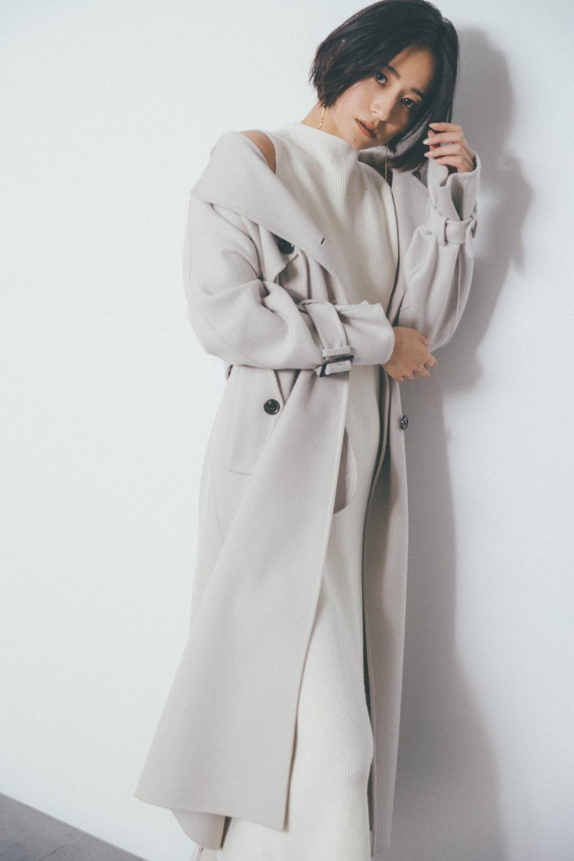 グレーのワンピースを着たモデル