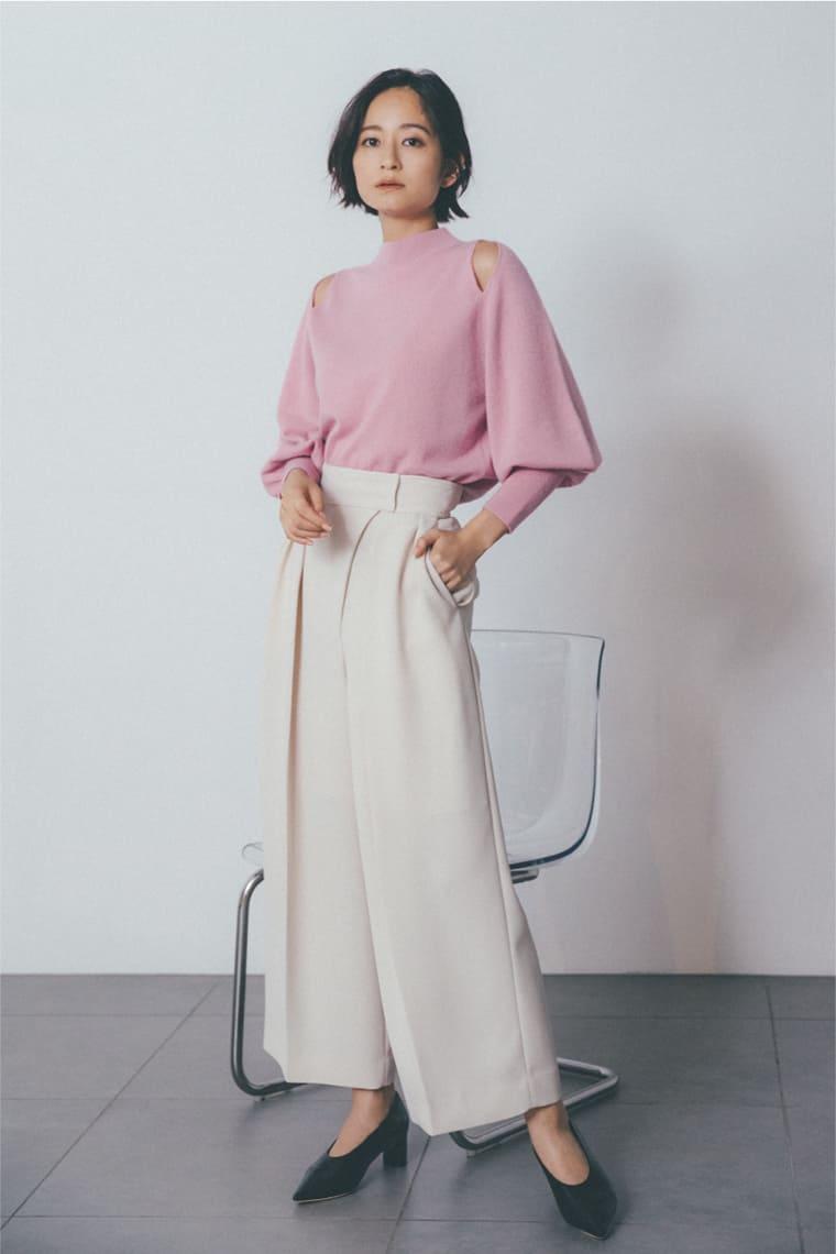 ピンクのカシミヤニットを着たモデル